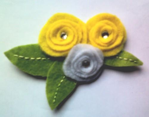 Broche flores plano amarillo